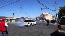 Ce débile se fait heurter en filmant une voiture qui drift et une arme tombe de sa poche