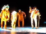 Laurent McKenzie chante et danse la danse traditionnelle autochtone lors d'un de mes show