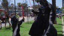Dark Vador et mini Dark Vador s'affrontent pendant un Comic-con