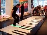 Le piano se jouera désormais par les pieds, plus par les mains, regardez!