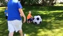 FAIL : un père assomme un de ses enfants en voulant jouer au foot