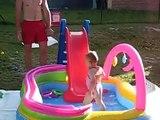 Clara joue au toboggan dans la piscine