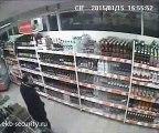 Le pire voleur jamais vu - Gros fail en emportant des bouteilles d'alcool