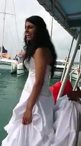 Elle n'aurait pas dû sauter dans l'eau avec sa robe de mariée