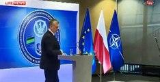 Министр обороны Польши стал звездой Сети, приняв лампу за микрофон
