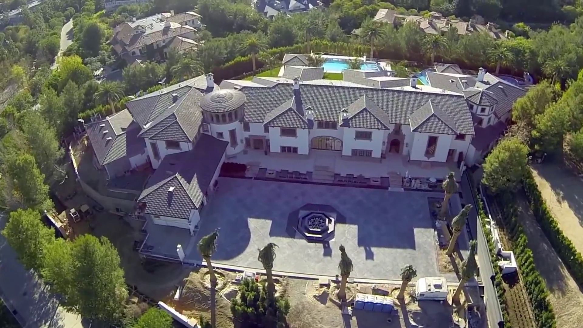Drone flight over Beverly Park shows us the most beautiful Mansions in California