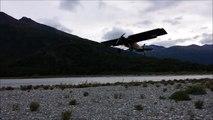 Un avion de tourisme atterrit face a des vents puissants - vol stationnaire impressionnant