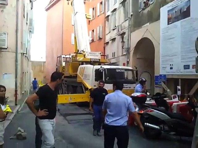 Chantier de la médiathèque à Grasse: la grue mobile est arrivée