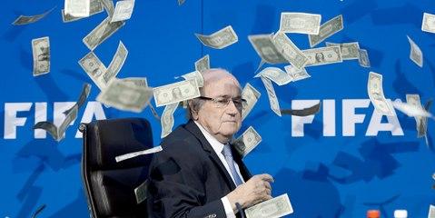 في رسالة واضحة منه على فساد رئيس الفيفا : ممثل كوميدي يقتحم مؤتمر بلاتر ويرمي نقوداً في وجهه