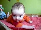 Axel 4 mois fait des pompes