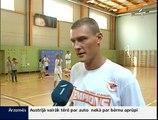 Andris Biedriņš māca bērniem basketbolu