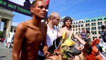 Bund gegen Missbrauch der Tiere: Tiere vor dem Brandenburger Tor vergewaltigt