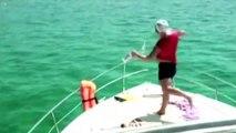 Un gars bourré pense plonger dans la mer... FAIL