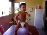 Un bébé qui danse la samba // Cute Samba Baby Dancing