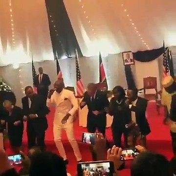 les pas de danse de Barack Obama au Kenya