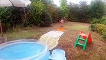 Méga saut de Dadou à la piscine gonflable