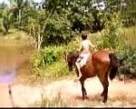 cavalo na agua 002  luca caindo do cavalo..