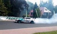 Le pneu d'une voiture de drift percute une femme en Pologne
