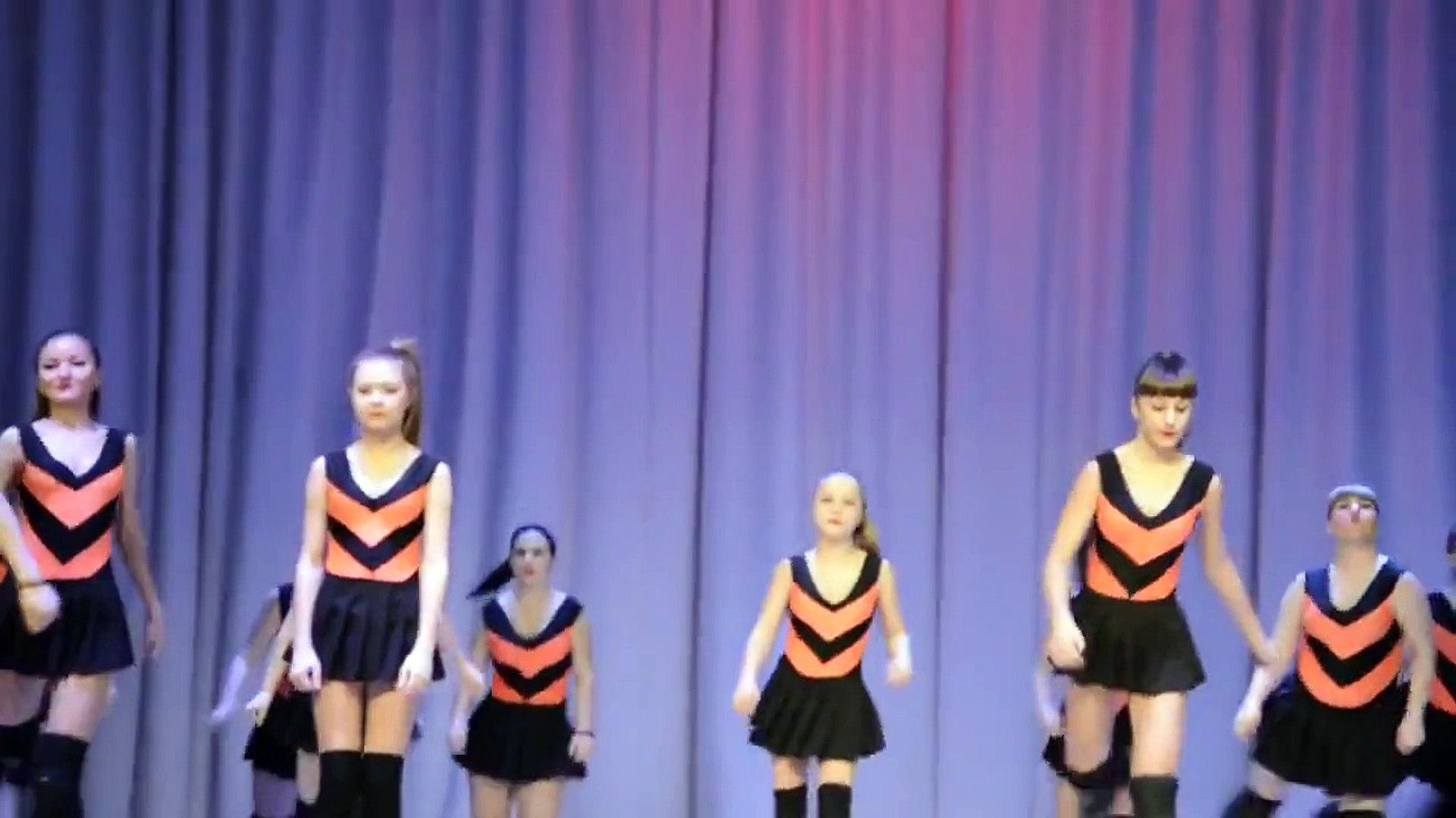 Bees and Winnie the Pooh Children's Theatre School Orenburg Schoolgirls dancing twerk