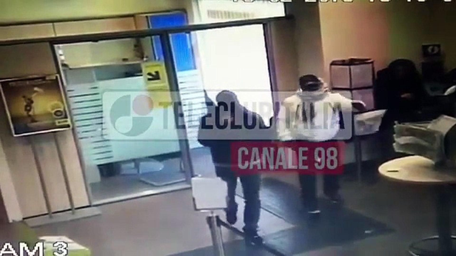 La polizia entra e sventra una rapina alle poste a Giugliano. Il video dal vivo.