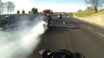 Gros run à moto en pleine circulation