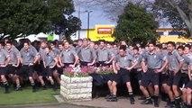 Des lycéens néo-zélandais rendent un hommage émouvant à leur professeur décédé avec un Haka