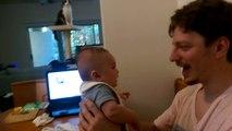 Papa dit Je t'aime (I LOVE YOU) à son petit garçon… Regardez ce que le bébé va lui répondre.