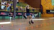 Klaudia Hartmanis fait du slalom en roller