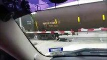 Un homme fait des roulades sous un train