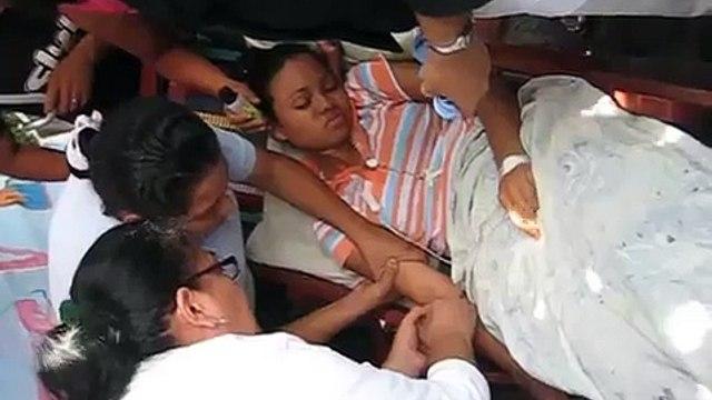 Enfermeras administran suero a Fátima Hernández