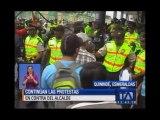 Manifestantes que intentaban ingresar al Municipio de Quinindé se enfrentaron a la Policía