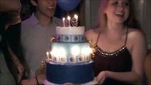 Elle met le feu à ses faux cils en soufflant les bougies de son gâteau d'anniversaire - FAIL