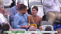 Moment de solitude pour une jeune femme pendant un match de cricket