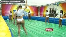 Des femmes brésilienne sexy  en sous vêtements jouent au Foot