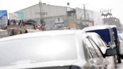 Tabdeeli Agaye Hai – Pervez Khattak Stops for a rushing ambulance to pass