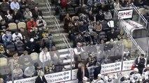 Un jeune fan de hockey reçoit un maillot et un palet après s'etre fait voler le palet par un adulte!