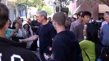 Tim Cook ajuda a abrir a Apple Store em Palo Alto para vender iPhone 6