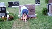 Une femme vole des fleurs sur des tombes