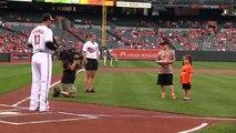 Un enfant avec une prothèse de bras lance le first pitch en Baseball