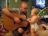 Quand Papa joue de la gratte, bébé a le rock dans le corps