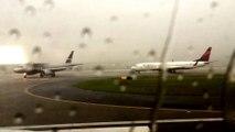 Avion de ligne frappé par la foudre en plein orage  terrifiant!