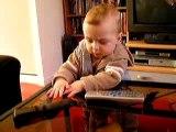 Kyllian joue avec les télécommandes