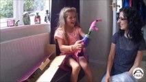 Une petite fille amputée du bras reçoit une prothèse imprimée en 3D. Magique