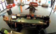 Un braqueur d'un magasin d'électronique refuse l'argent donné par un client