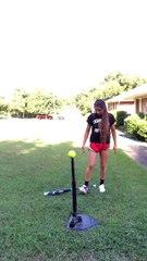 Joli trick d'une joueuse de softball avec une batte et une balle.