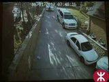 Une femme Blande au volant d'une Mercedes mdr