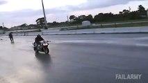 Deux stunters tentent d'échanger leur moto