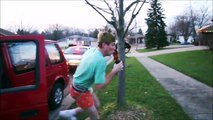 Un jeune bourré qui essaie de s'enfuir en buvant une bière va etre tasé...