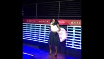 "Serena Williams chante ""Sous l'océan"" pendant un Karaoké - La petite sirène."