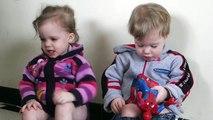 les bebes jumeaux discutent entre eux !!